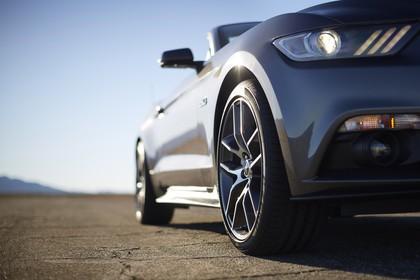 Ford Mustang Cabrio LAE Aussenansicht Front schräg statisch grau