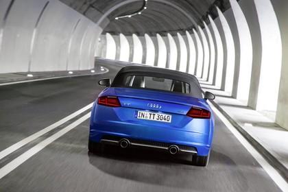 Audi TT 8S Roadster Aussenansicht Heck Dach geschlossen dynamisch blau