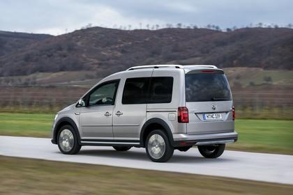 VW Caddy 4 Alltrack Aussenansicht Heck schräg dynamisch silber