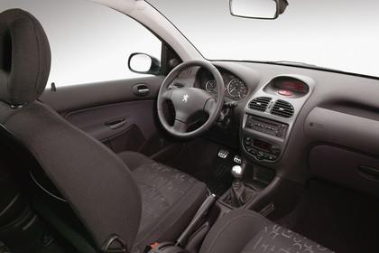 Peugeot 206 SW 2 Innenansicht statisch Studio Vordersitze und Armaturenbrett beifahrerseitig
