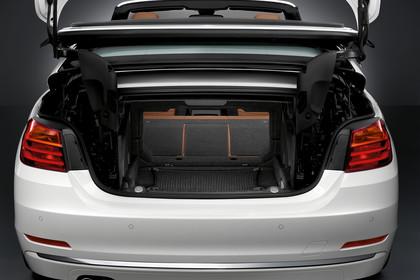 BMW 4er Cabrio F33 Aussenansicht Heck Kofferraum geöffnet Studio statisch weiss