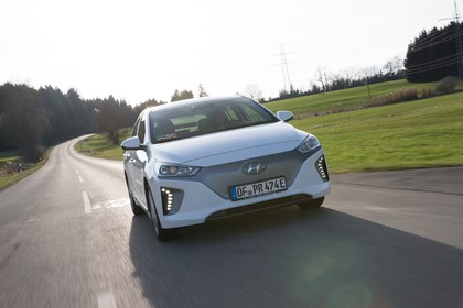 Hyundai IONIQ Elektro Aussenansicht Front schräg dynamisch weiss