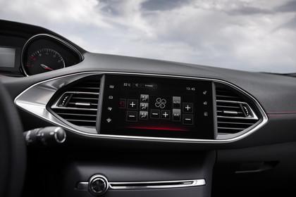Peugeot 308 GTi T9 Innenansicht statisch Detail Infotainmentbildschrim