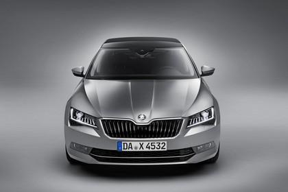 Skoda Superb Limousine 3V Aussenansicht Front Studio statisch grau