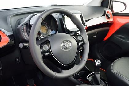 Toyota Aygo (AB2) Innenansicht Detail Lenkrad