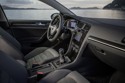 VW Golf 7 Facelift Dreitürer Innenansicht Vordersitze statisch grau