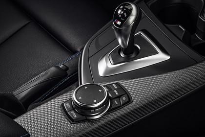 BMW 2er M2 Coupe F87 Innenansicht Detail Mittelkonsole statisch Carbon