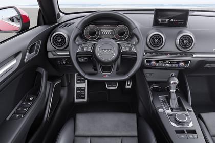 Audi A3 8V Cabrio Innenansicht Fahrerposition statisch schwarz