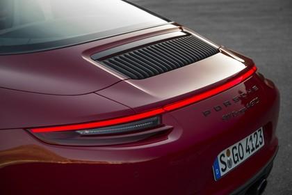 Porsche 911 Targa 4 GTS 991.2 Aussenansicht Heck schräg statisch Detail Rückleuchte und Schriftzüge rot