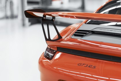 Porsche 911 GT3 RS 991.2 Aussenansicht Heck schräg statisch Detail Heckspoiler rot