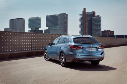 Mazda 6 Kombi GJ Aussenansicht Heck schräg statisch blau
