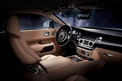 Rolls-Royce Wraith Innenansicht statisch Studio Vordersitze und Armaturenbrett beifahrerseitig