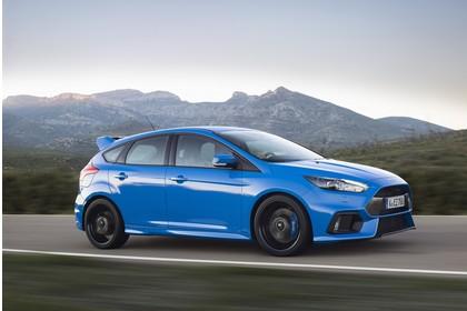 Ford Focus RS DYB-RS Aussenansicht Seite schräg dynamisch blau