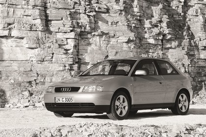 Audi A3 8L Aussenansicht Front schräg statisch silber