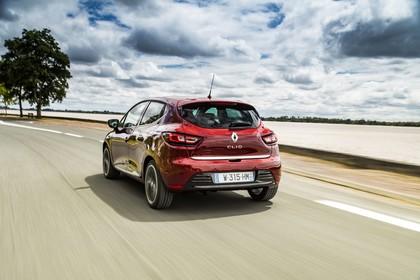 Renault Clio 4 Aussenansicht Heck schräg dynamisch rot