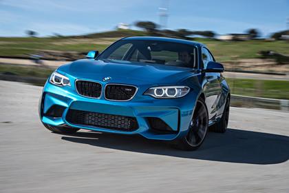 BMW 2er M2 Coupe F87 Aussenansicht Front dynamisch blau