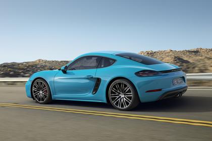 Porsche 718 Cayman S 982 Seite schräg dynamisch blau