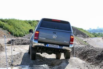 VW Amarok Aussenansicht Heck dynamisch grau