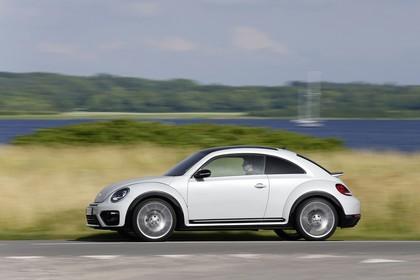 VW Beetle Aussenansicht Seite dynamisch weiss