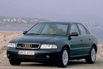 Audi A4 Limousine B5 Aussenansicht Front schräg statisch dunkelblau