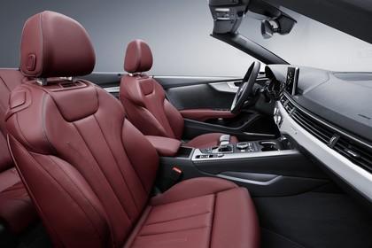 Audi A5 Cabriolet Innenansicht statisch Studio Vordersitze und Armaturenbrett beifahrerseitig