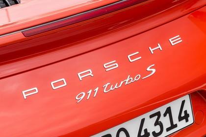 Porsche 911 Turbo S 991.2 Aussenansicht Heck schräg statisch Detail Schriftzug rot