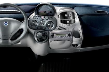 Fiat Multipla 186 Facelift Innenansicht statisch Studio Lenkrad und Armaturenbrett
