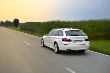 BMW 5er Touring F11 Aussenansicht Heck schräg dynamisch weiss