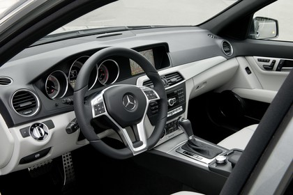 Mercedes-Benz C-Klasse T-Modell S204 MoPf Innenansicht statisch Studio Vordersitze und Armaturenbrett fahrerseitig