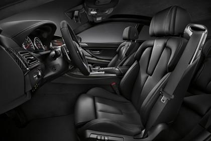 BMW M6 Coupé F13 Innenansicht statisch Studio Armaturenbrett und Vordersitze