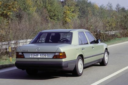 Mercedes E-Klasse Limousine W124 Aussenansicht Heck schräg dynamisch grün