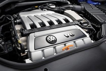 VW Golf 5 R Dreitürer Aussenansicht statisch Detail Motor