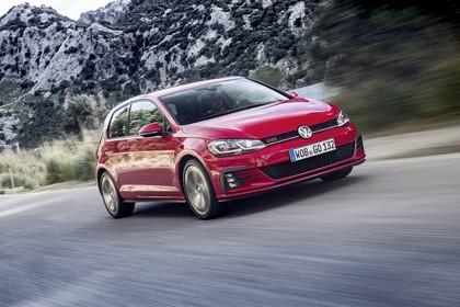 VW Golf 7 GTI Facelift Aussenansicht Front schräg dynamisch rot