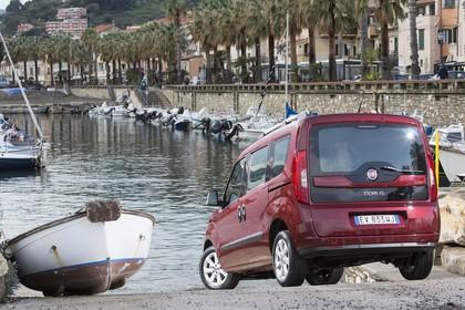 Fiat Doblo 263 Aussenansicht Heck schräg statisch rot