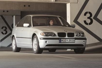 BMW 3er Limousine E46 LCI Aussenansicht Front schräg statisch silber