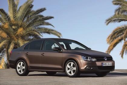 VW Jetta 6 Aussenansicht Front schräg statisch braun