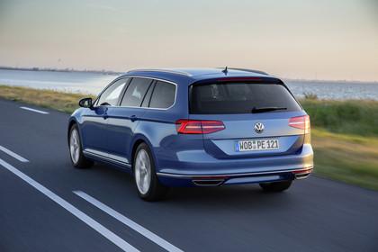 VW Passat B8 Variant Aussenansicht Heck schräg dynamisch blau