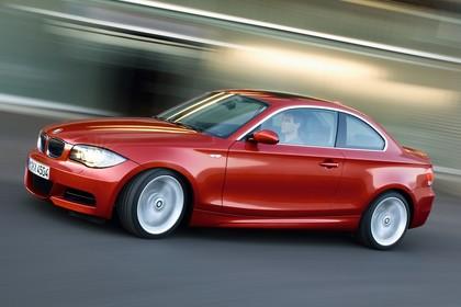 BMW 1er Coupé E82 Aussenansicht Seite schräg dynamisch rot