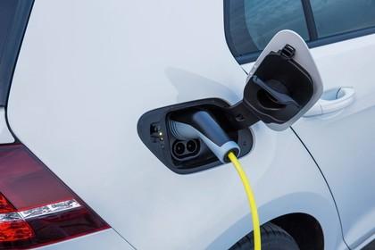 VW Golf 7 e-Golf Aussenansicht Detail Ladeanschluss statisch weiss