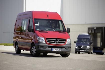 Mercedes-Benz Sprinter Kastenwagen W906 Aussenansicht Front schräg statisch rot