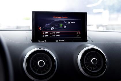 Audi A3 8V Sportback e-tron Innenansicht Detail Multimedia statisch schwarz