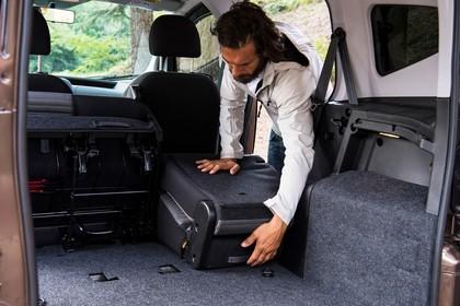Fiat Qubo Trekking 225 Aussenansicht Heck schräg statisch Heckklappe geöffnet Rücksitze umgeklappt