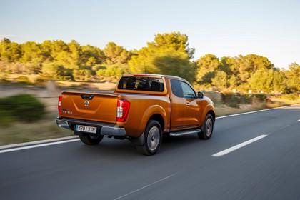 Nissan Navara King-Cab D231 Aussenansicht Heck schräg dynamisch orange