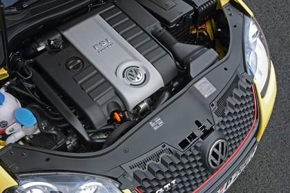 VW Golf 5 R Dreitürer Aussenansicht Front schräg erhöht statisch Detail Motor