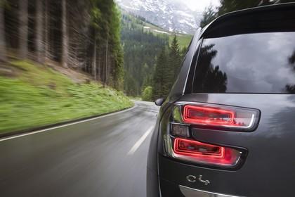 Citroën Grand C4 Picasso 2 Aussenansicht Heck dynamisch Detail Rückleuchte links grau