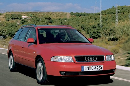 Audi A4 B5 Aussenansicht Front schräg dynamisch rot