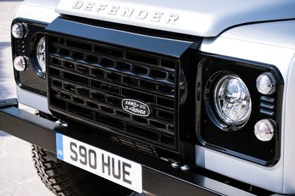 Land Rover Defender Dreitürer Detail Aussenansicht Kühlergrill statisch schwarz silber