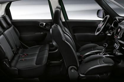 Fiat 500L ZAF 199 Innenansicht statisch Studio Rücksitze Vordersitze und Armaturenbrett