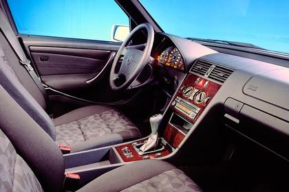 Mercedes-Benz C-Klasse T-Modell S202 Innenansicht statisch Studio Vordersitze und Armaturenbrett beifahrerseitig