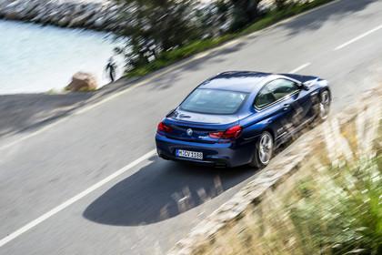 BMW 6er Coupe F13 Aussenansicht Heck seitlich erhöht dynamisch blau